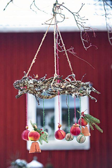 couronne de l'Avent en guise de mangeoire d'oiseaux