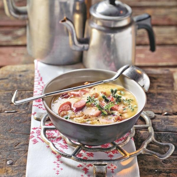 Soupe de pommes de terre au lard et à la saucisse