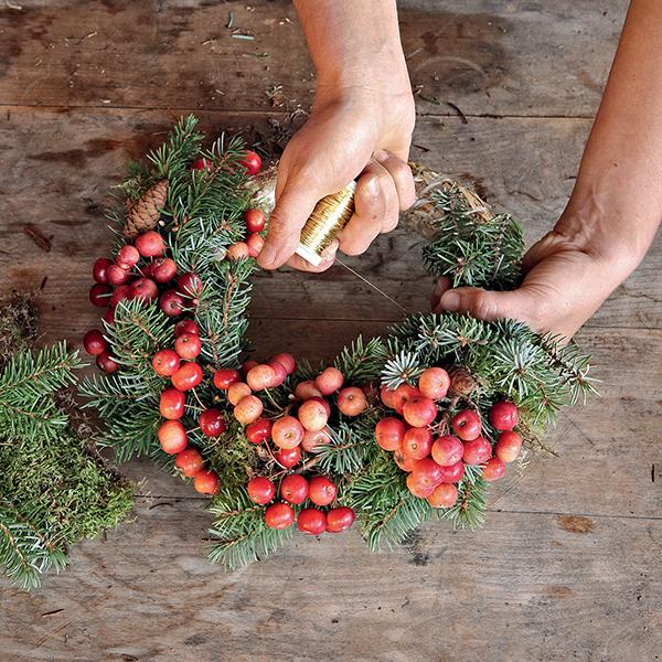 Déco de Noël : tuto pour faire une couronne de l'Avent avec des pommes d'ornement.