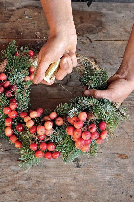 tuto diy pour faire une couronne de l'Avent avec des pommes d'ornement